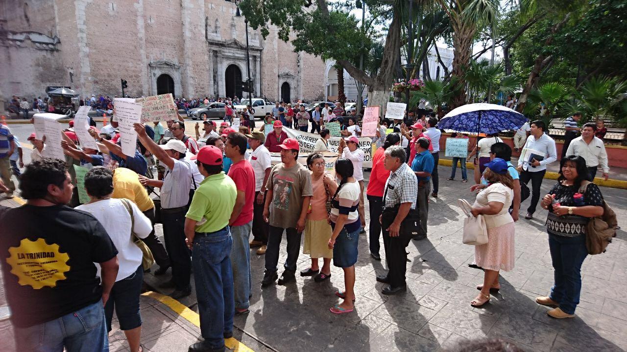 Convergen a gritosmanifestaciones frente a Palacio de Gobierno