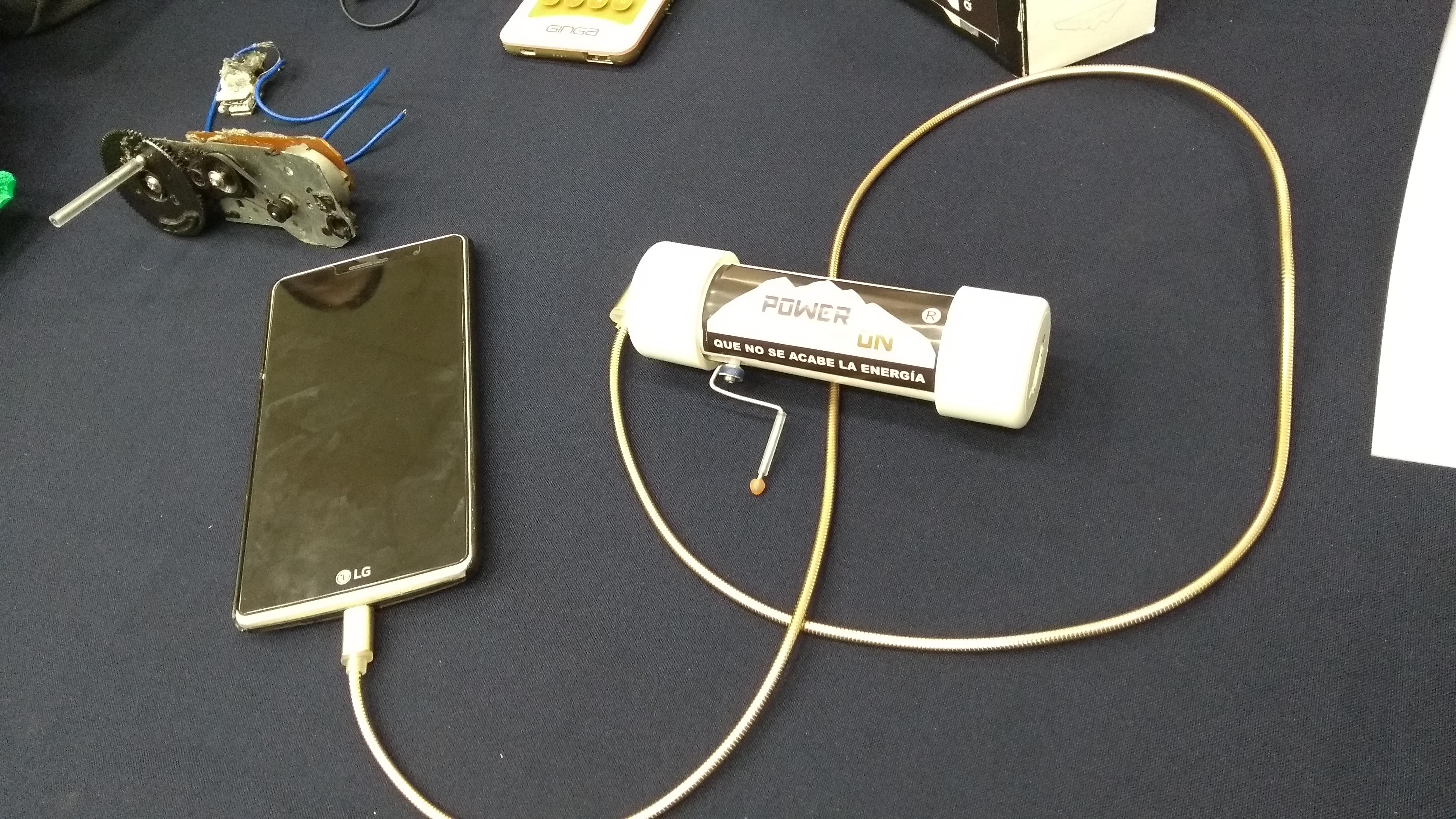 Crean y exhiben cargador de batería de manivela