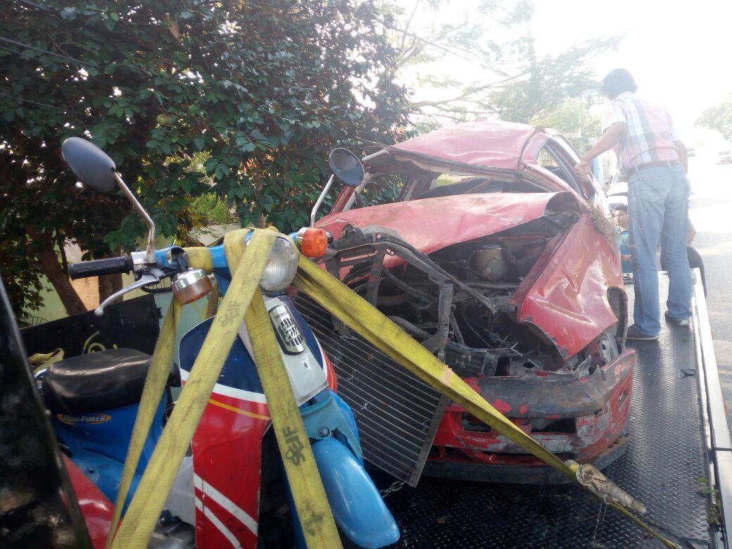 Salen de carretera, caen a desnivel, vuelcan y chocan árbol; dos jóvenes graves