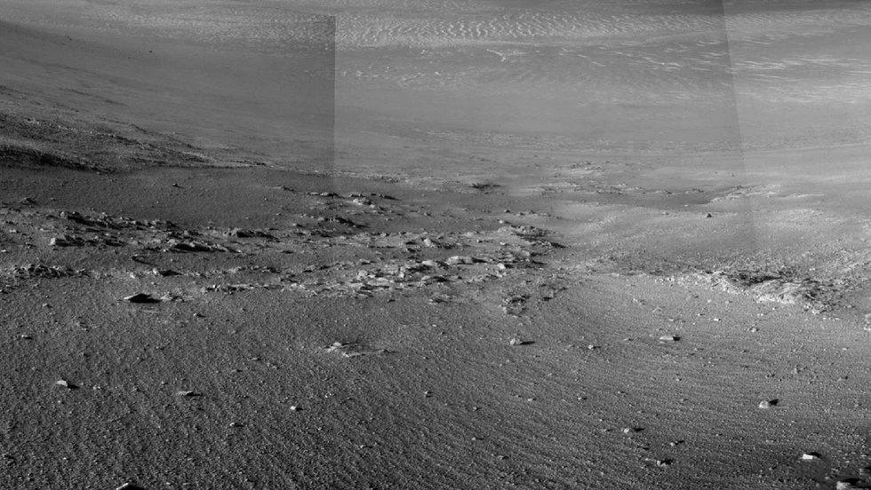 Robot explorador encuentra misteriosas franjas en piedra de Marte