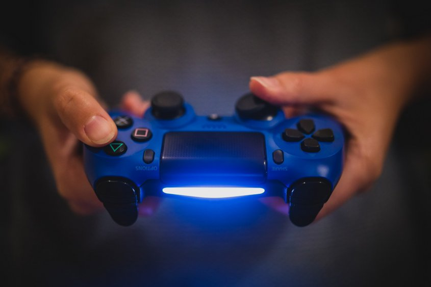 Durante un año fue a un cibercafé para crear un videojuego; se lo borran por error
