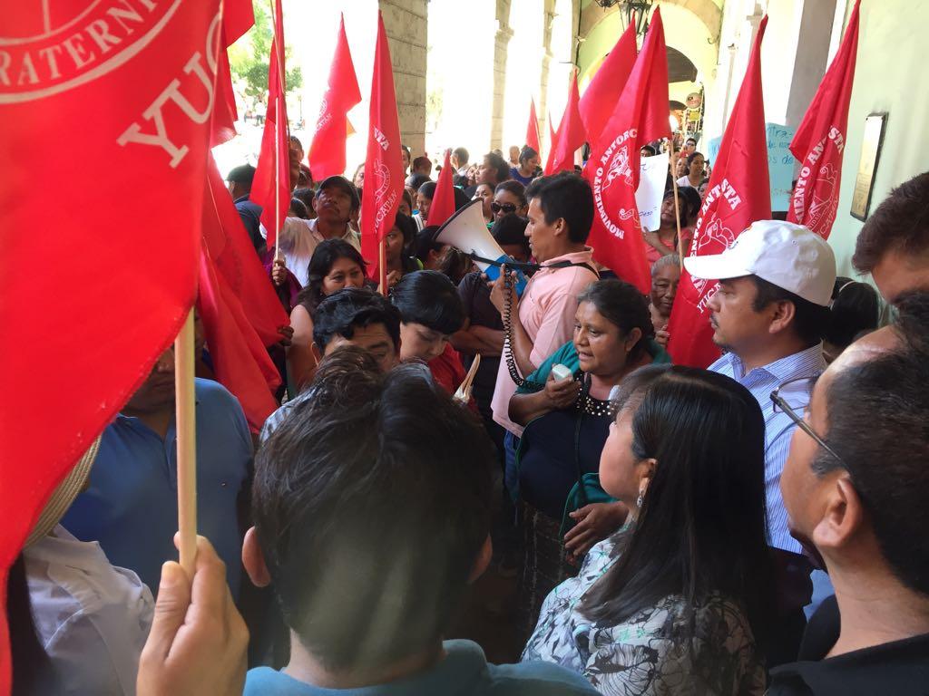 Antorchistas se quejan de incumplimiento frente a Palacio de Yucatán