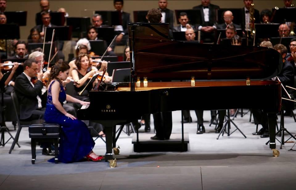 Fascina pianista Anna Miernik en Concierto para la mano izquierda