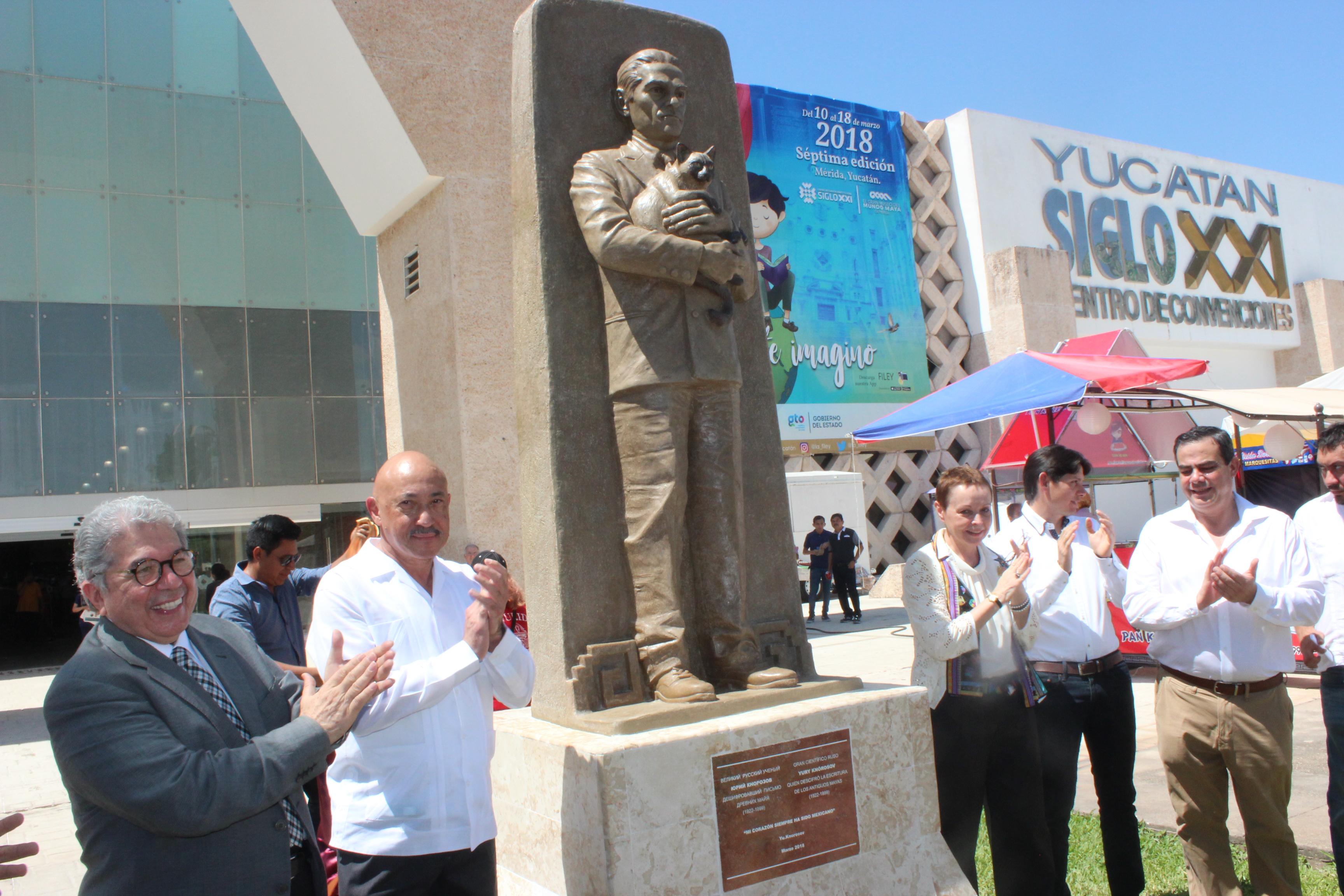 Escultura del científico ruso Yuri Knórozov develada en FILEY