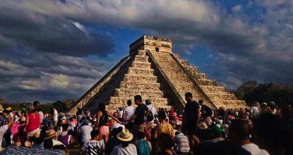 Kukulcán descendió por el Castillo de Chichén Itzá, en el fenómeno de luz y sombra conocido como equinoccio de primavera.