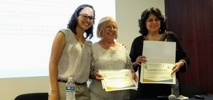 Regina Carrillo, Ligia Vera y Rossana Achach, recibieron su constancia de participación en una charla en la Uady.
