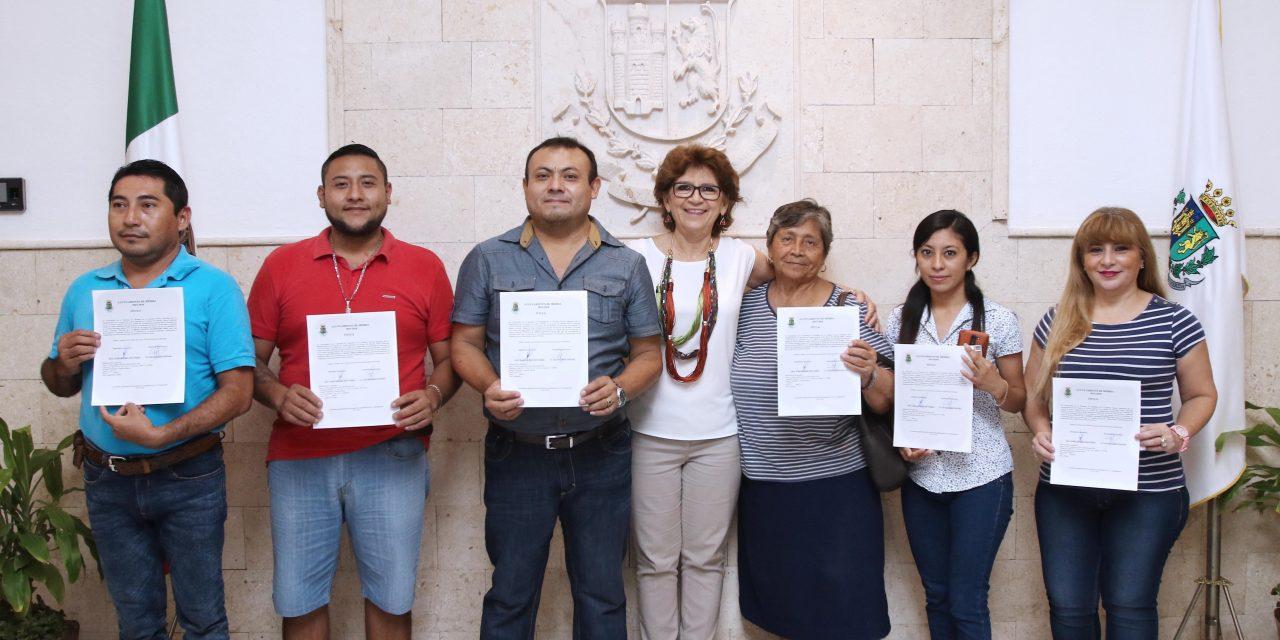 Regularizan posesión a 117 locatarios del mercado principal de Mérida
