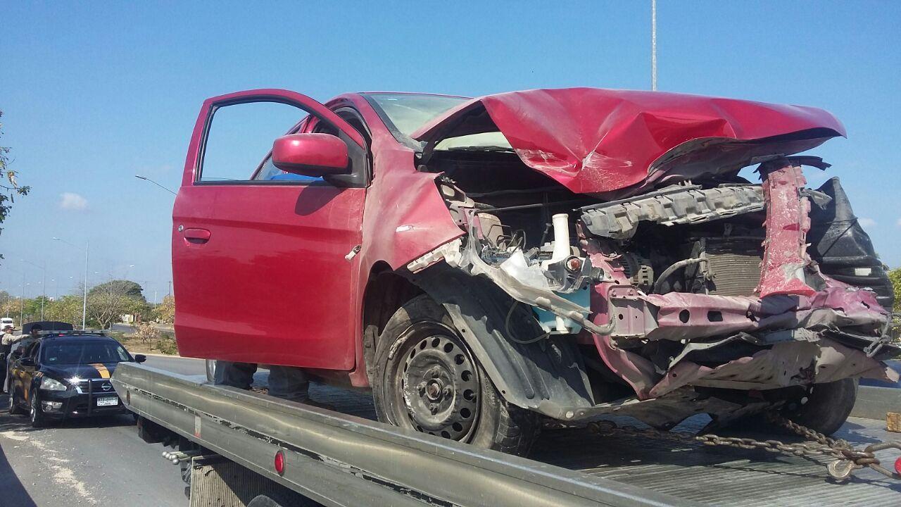 Destroza ebrio su auto en Periférico Mérida y sale ileso