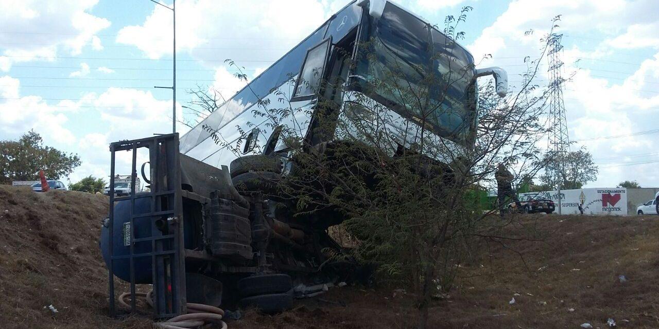 Pestilente colisión: pipa de aguas negras contra autobús de personal