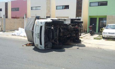 Conduce sin precaución y vuelca camioneta de empresa
