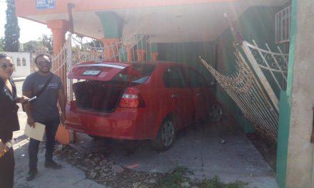 Al volante sin licencia, provoca accidente con daños a vivienda
