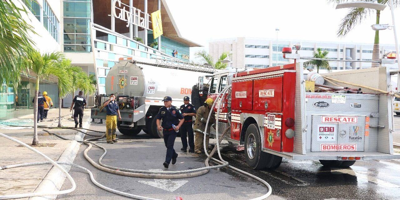Sorprende incendio en Plaza Altabrisa; lo sofocan