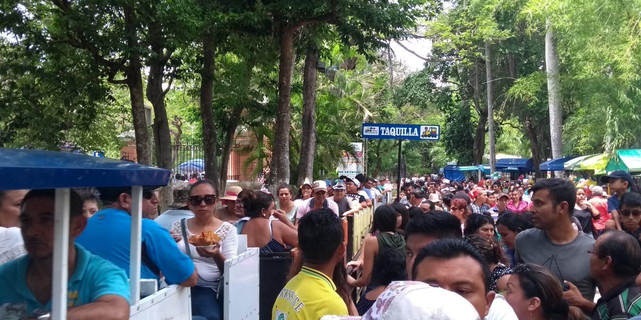 Multitud de visitantes en zoológico del Centenario por Día del Niño