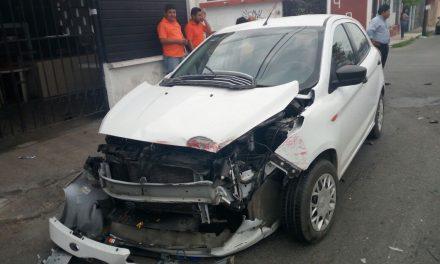 Conductor Uber deja pasaje y destroza su vehículo contra autobús