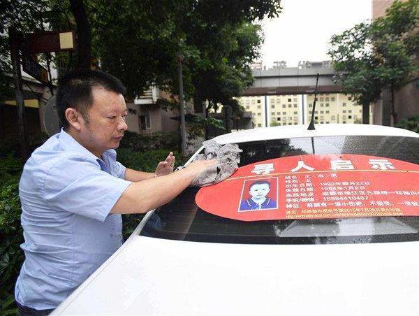 Tras 24 años, hombre encuentra a su hija gracias a su taxi en China