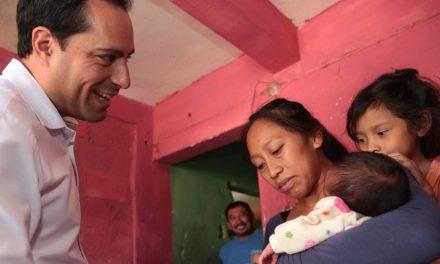 Recién nacida es apadrinada por Mauricio Vila