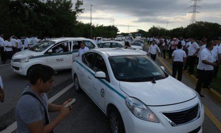 Con bloqueos parciales presionan taxistas en Cancún