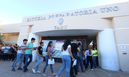 Cumplen 4 mil 799 jóvenes examen para ingreso a preparatorias UADY