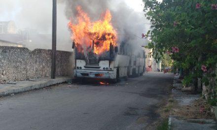 Autobús deja personal en maquiladora y se incendia (video y fotos)
