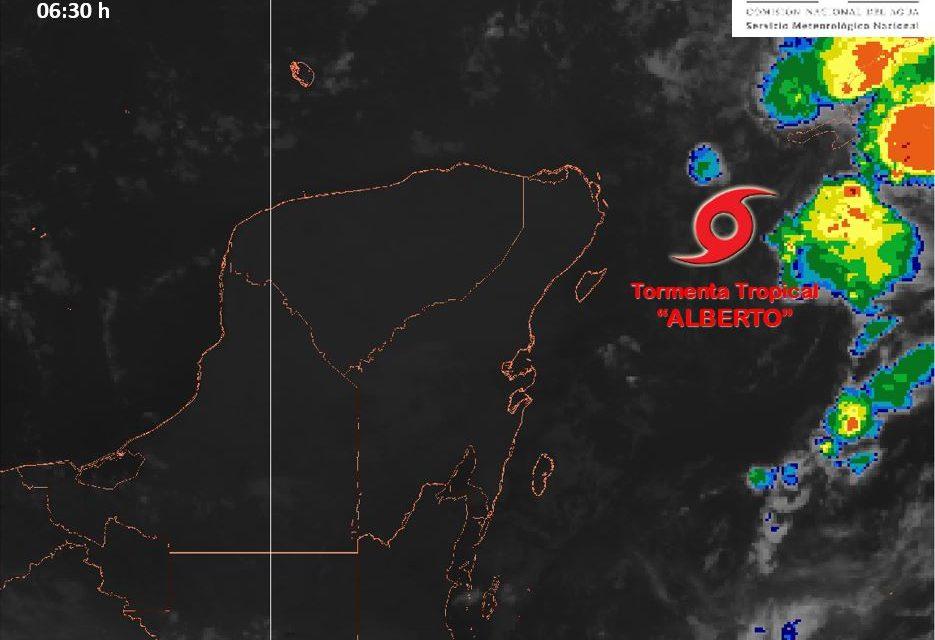 """En alejamiento tormenta tropical """"Alberto"""" de Península de Yucatán"""