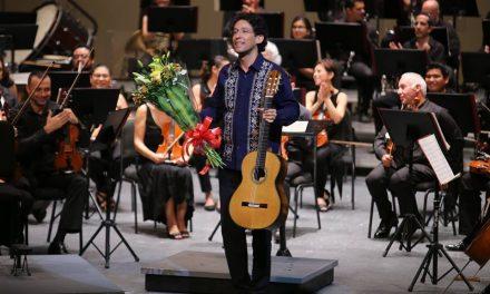 Toca la guitarra el alma de los oyentes en el Peón Contreras