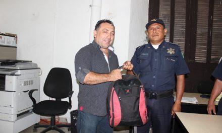 Policía de Mérida encuentra y devuelve mochila con 116 mil 600 pesos