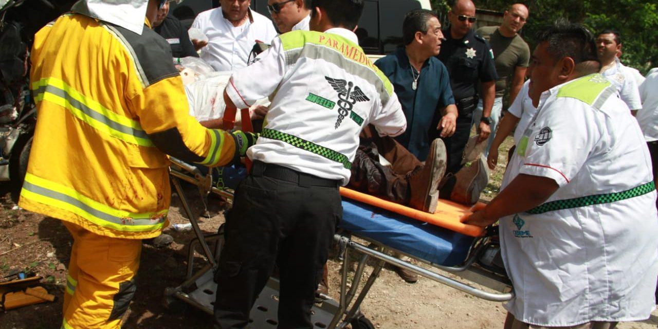 En Cancún, encontronazo entre colectivo y camioneta oficial