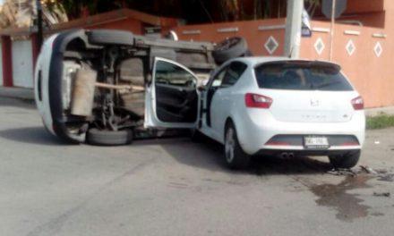 'Dos mujeres, un camino….' ¡Chocan y destruyen sus vehículos!