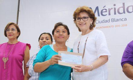 Entrega alcaldesa María Fritz Sierra, cheques para Proyectos Productivos