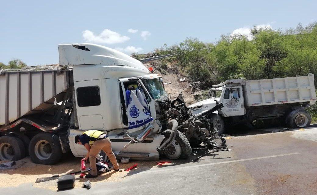 Caen de puente tráiler y volquete en la Mérida-Progreso