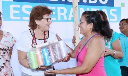 """Alcaldesa María Fritz Sierra entrega paquetes de """"Urdiendo Esperanzas"""""""