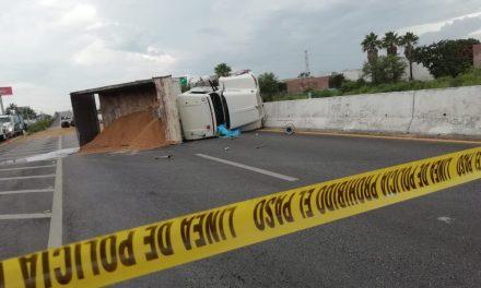 Conductor aplastado al volcar su vehículo en la Mérida-Motul