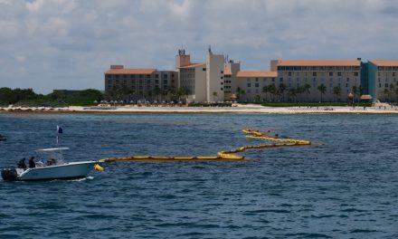 Mira cómo buscan detener sargazo en mar de Cancún