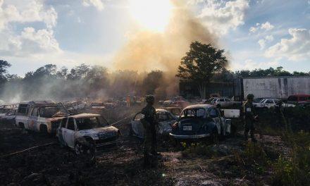 Devora incendio en afueras de Cancún 50 vehículos