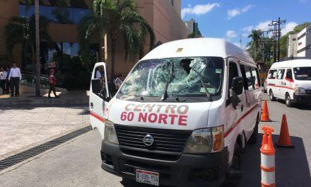 Cae viga sobre transporte colectivo; dos lesionados