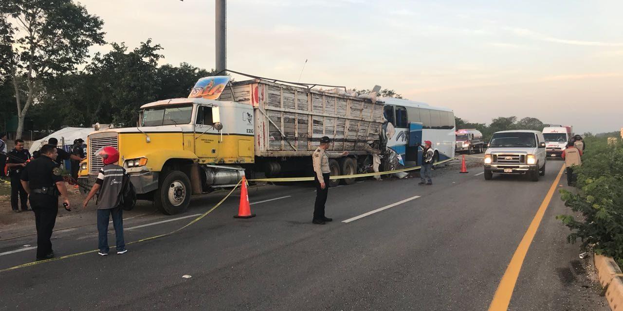 'Encontronazo' de autobús y tráiler; tres muertos y 30 lesionados