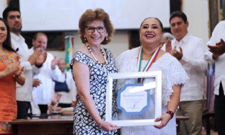 """Entregan Medalla Héctor Herrera """"Cholo"""" a Conchi León Mora"""