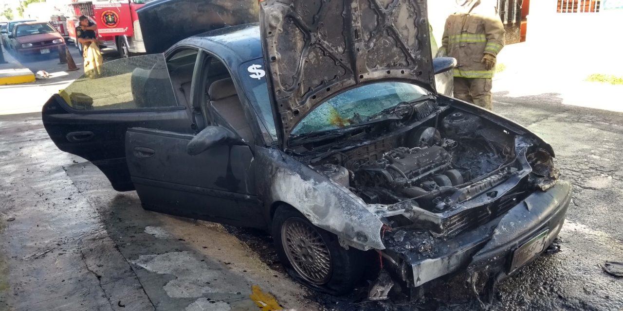Minimiza humo en su vehículo, regresa y lo encuentra quemado