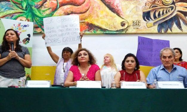 Activistas callan a funcionaria de Yucatán, en presentación de un libro (videos)