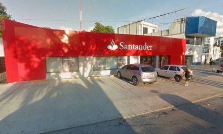 Le roban 500 mil pesos dentro de banco en Cancún