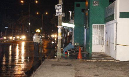 Derrapa por piso mojado y muere en paso peatonal