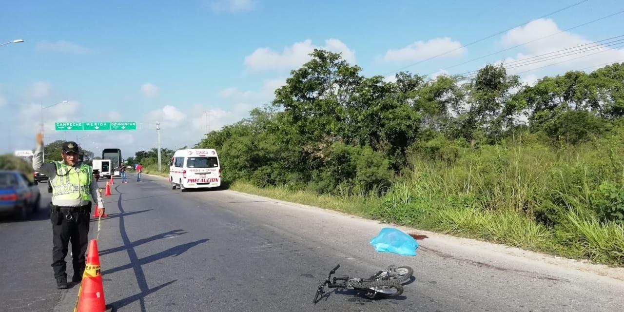 Embiste combi colectiva a ciclista y lo aplasta