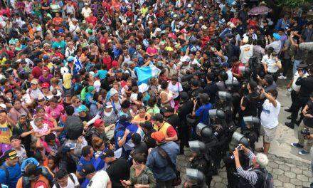 Dejan entrar a 3,000 migrantes que 'rompieron' frontera sur de México… uno por uno (video)