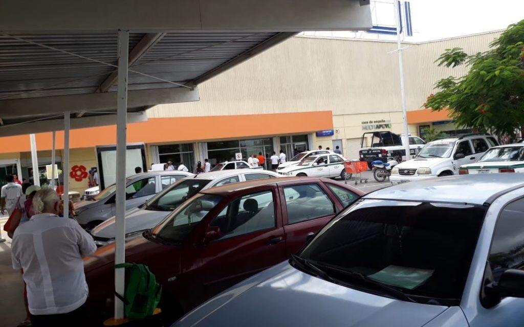 Con arma de fuego y cuchillos asaltan banco y a clientes en Cancún