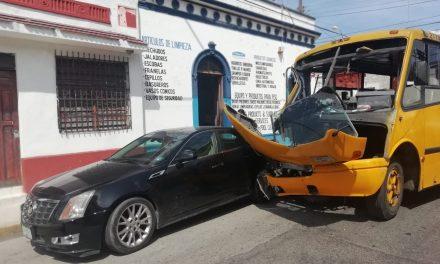 Chocan autobuses de la misma empresa y no tienen seguro