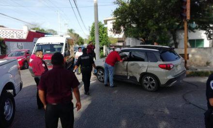 Colisionan camionetas por fallas de semáforo; planean protesta