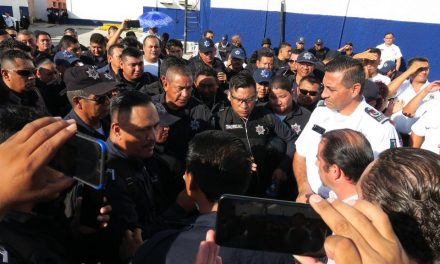 A empellones sacan a mando policíaco en Cancún (vídeo)