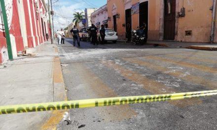 Taxi urbano embiste a policía en motocicleta