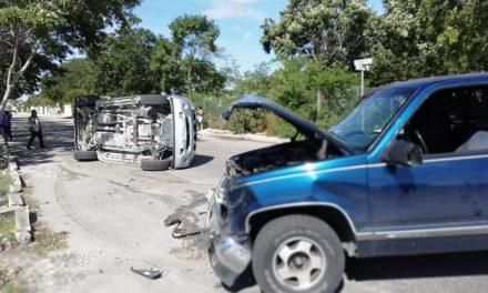 Colisionan dos camionetas, una vuelca y deja cuatro lesionados