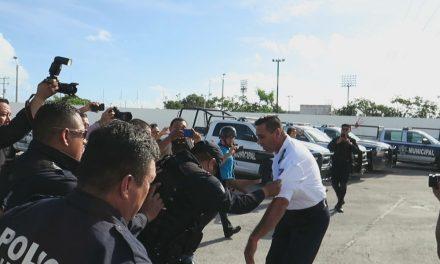 Tras protesta, darán de baja a la mitad de los policías de Cancún (video)